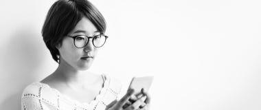 Concepto asiático de la tecnología de comunicación del teléfono móvil de la muchacha Fotos de archivo libres de regalías