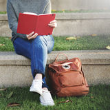 Concepto asiático de señora Reading Book Park al aire libre Fotografía de archivo libre de regalías
