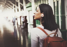 Concepto asiático de señora Traveler Backpack City Imágenes de archivo libres de regalías