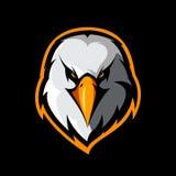 Concepto atlético del logotipo del vector del club de la cabeza furiosa del águila aislado en fondo negro stock de ilustración