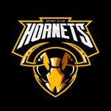 Concepto atlético del logotipo del vector del club de la cabeza furiosa del avispón aislado en fondo negro Foto de archivo