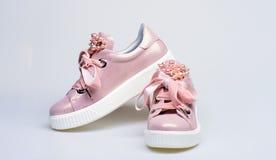 Concepto atractivo de las zapatillas de deporte El calzado para las muchachas y las mujeres adornadas con la perla gotea Zapatos  Imagen de archivo libre de regalías