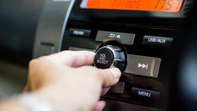 Concepto audio auto del vehículo y del coche del transporte - hombre que usa el audio para el automóvil y el estéreo de radio en  Foto de archivo libre de regalías