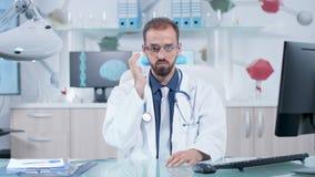 Concepto aumentado de la realidad de doctor que lleva los vidrios de AR y que trabaja en espacio virtual metrajes
