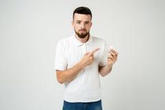 Concepto barbudo fresco joven de la idea del hombre, estudiante feliz que sube con o solución Aislado en blanco Foto de archivo