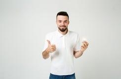 Concepto barbudo fresco joven de la idea del hombre, estudiante feliz que sube con o solución Aislado en blanco Fotos de archivo