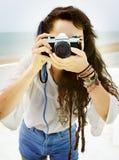 Concepto bonito de la forma de vida de Woman Beach Vacation del fotógrafo Foto de archivo