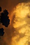 Concepto bueno contra el mal ~ nubes blancas negras imagen de archivo libre de regalías