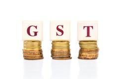 Concepto bueno y de servicios del impuesto de GST o con la pila de moneda Imagen de archivo