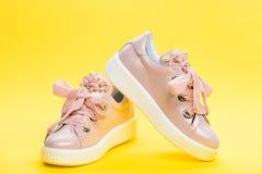 Concepto cómodo del calzado El calzado para las muchachas o las mujeres adornadas con la perla gotea Pares de pálido - zapatillas Fotos de archivo