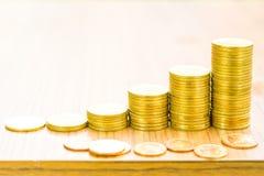 Concepto cada vez mayor del gráfico de la moneda de oro del negocio Imagen de archivo libre de regalías