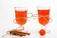 Concepto caliente de las bebidas Vidrios con el vino reflexionado sobre o la bebida caliente atada con la secuencia de la guita e Foto de archivo libre de regalías