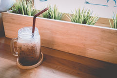 Concepto caliente del vintage: taza de café fresca del capuchino en tienda del café Imágenes de archivo libres de regalías