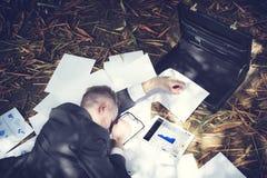 Concepto cansado de trabajo de Sleeping Stress Deadline del hombre de negocios foto de archivo libre de regalías