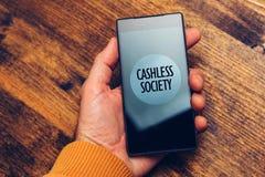Concepto Cashless de la sociedad, hombre que usa el smartphone para el PA electrónico fotografía de archivo