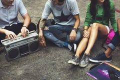Concepto casual de la música de los amigos de la unidad de las adolescencias de radio del estilo Imagen de archivo