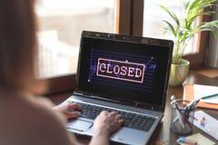 Concepto cerrado del mercado de acción en una pantalla del ordenador portátil foto de archivo