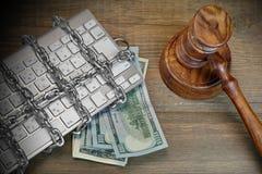 Concepto cibernético del crimen, jueces mazo, teclado, cadena en la tabla fotografía de archivo
