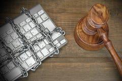 Concepto cibernético del crimen, jueces mazo, teclado, cadena en la tabla foto de archivo libre de regalías