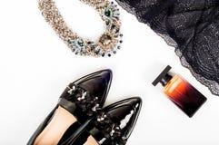 Concepto clásico femenino de la moda Ingenio negro de los zapatos de charol fotografía de archivo