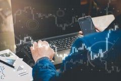 Concepto comercial del negocio: acción y divisas comerciales del hombre por el ordenador portátil Fotografía de archivo libre de regalías