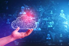 Concepto computacional de la nube de la tenencia de la mano del hombre de negocios en fondo de la tecnología imagenes de archivo