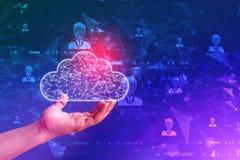 Concepto computacional de la nube de la tenencia de la mano del hombre de negocios en fondo de la tecnolog?a foto de archivo libre de regalías