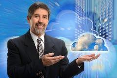 Concepto computacional hispánico del hombre de negocios y de la nube fotografía de archivo