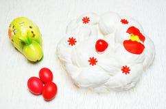 Concepto con el pan de Pascua del Griego, tsoureki cubierto con la crema ch Fotografía de archivo
