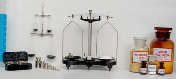 Concepto con el sistema de cristalería en laboratorio químico y escalas médicas Imagen de archivo