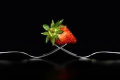 Concepto con la bifurcación y la fresa en fondo negro Imagen de archivo