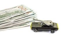 Concepto con los dólares, el coche del juguete y la llave aislados en el fondo blanco fotografía de archivo