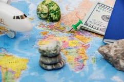 Concepto con los documentos de viaje del pasaporte, aeroplano del viaje y del turismo en fondo del mapa del mundo con el espacio  fotos de archivo libres de regalías