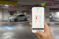 Concepto conectado del coche ilustrado por Smartphone App que muestra la ubicación del estacionamiento del coche vía IOT o Intern imágenes de archivo libres de regalías
