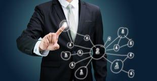 Concepto conmovedor de la tecnología de la mano derecha de la postura del hombre de negocios Imagen de archivo