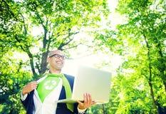 Concepto conservador ambiental de Working Laptop Woods del hombre de negocios Imagen de archivo libre de regalías