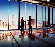 Concepto corporativo de la comunicación del saludo del apretón de manos de los hombres de negocios Foto de archivo libre de regalías