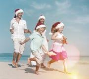 Concepto corriente de las vacaciones del día de fiesta de la Navidad de la playa de la familia Foto de archivo