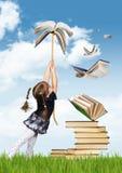 Concepto creativo de la educación, mosca de la muchacha del niño en el libro imagen de archivo