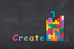 Concepto creativo de la idea del negocio - bloques de la inscripción y del rompecabezas en la pizarra Foto de archivo