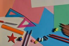 Concepto creativo, de nuevo a escuela Artículos puestos planos en el escritorio fotografía de archivo