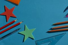 Concepto creativo, de nuevo a escuela Artículos puestos planos en el escritorio imagen de archivo