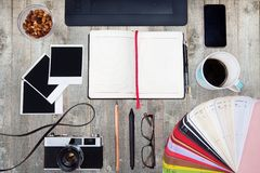 Concepto creativo del escritorio de oficina del trabajo de un diseñador Visión superior Imagenes de archivo