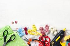 Concepto creativo del lugar de trabajo: vista superior de la tabla con los elementos para el scrapbookin foto de archivo libre de regalías