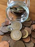 Concepto creativo, dinero de ahorro en un tarro del atasco fotos de archivo