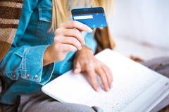Concepto creativo para las compras en línea Imágenes de archivo libres de regalías
