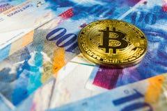 Concepto Crypto de la moneda - un Bitcoin con la moneda del franco suizo, Suiza imagenes de archivo