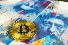 Concepto Crypto de la moneda - un Bitcoin con la moneda del franco suizo, Suiza imagen de archivo libre de regalías