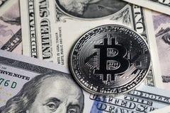 Concepto crypto digital de la moneda de Bitcoin por brillante phisical de plata fotografía de archivo