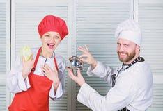 Concepto culinario de la sorpresa Comida deliciosa Equipo culinario de la demostraci?n de la mujer y del hombre barbudo ?ltimo de imagen de archivo libre de regalías